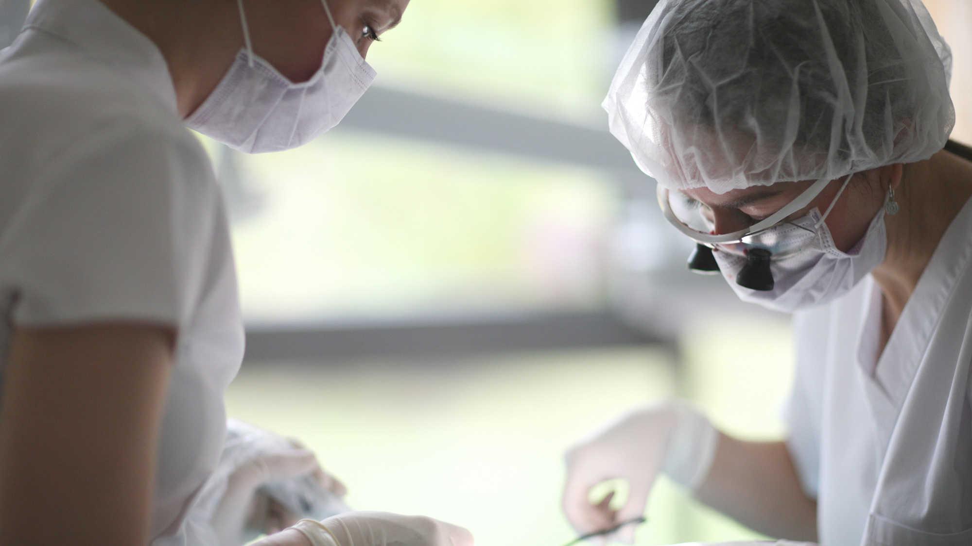 La pénurie de masques chirurgicaux touche les cabinets dentaires du monde entier